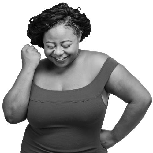 femme noire sourit poing levé