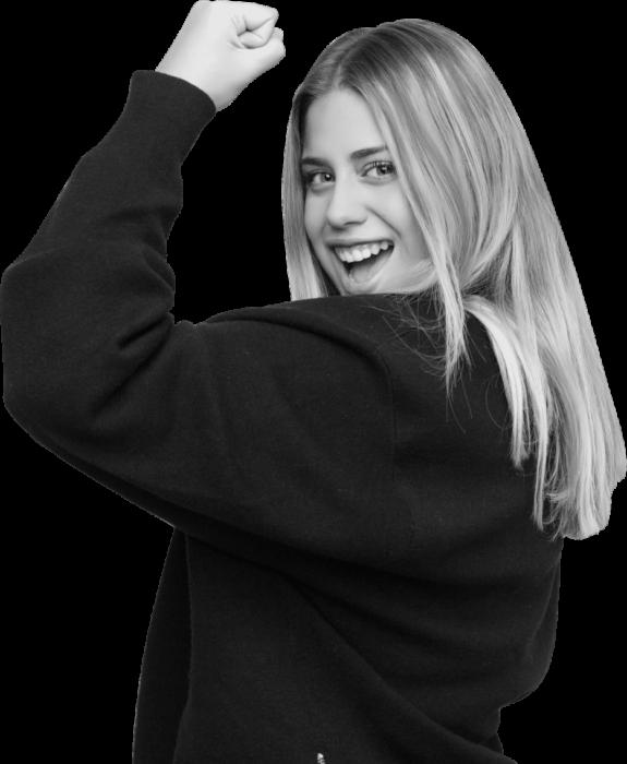 jeune femme blonde poing levé
