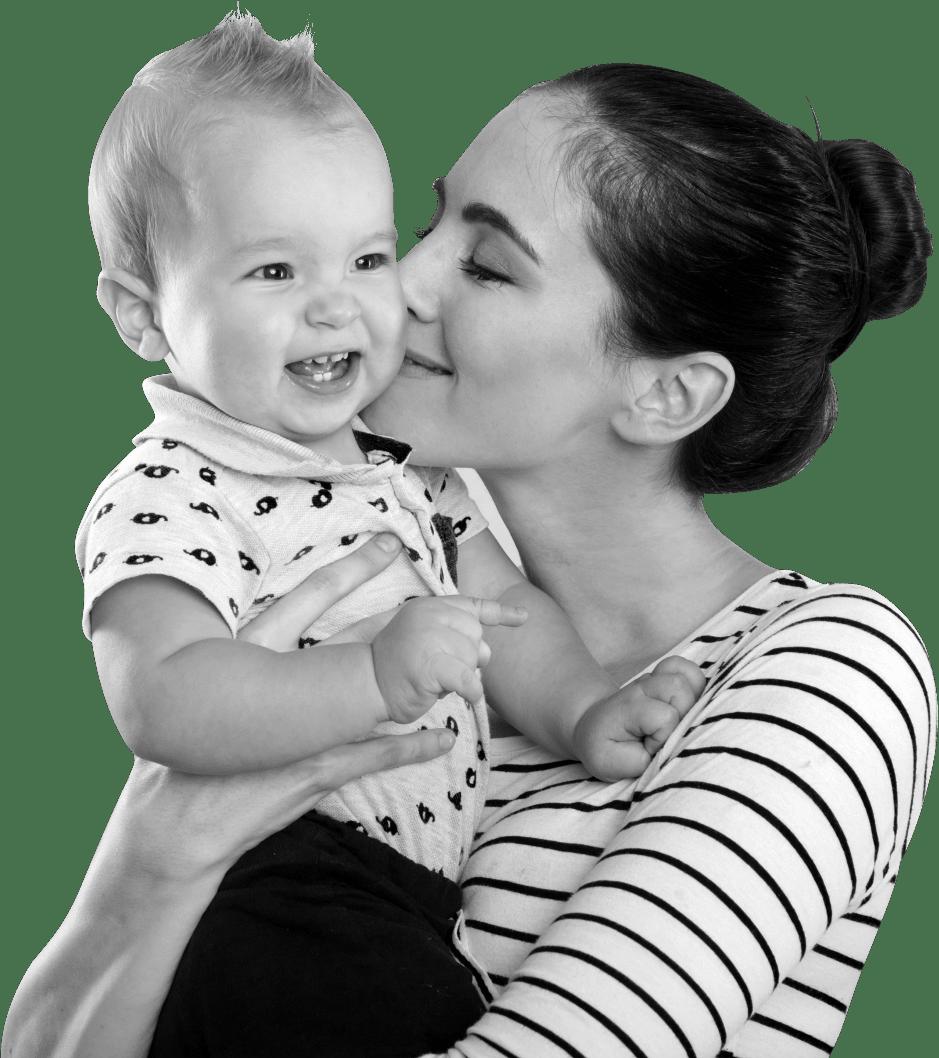 maman en post-partum qui fait un bisous à son bébé